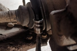 前右轮刹车油管老化爆裂,导致刹车失灵,严重质量问题