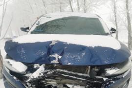 车撞树上,车报废,一个气囊没弹出
