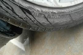 新车三个月不到,4个轮胎报废3个