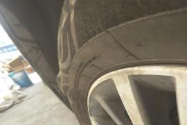新车轮胎才跑四个月就起包了,4s店不给保修