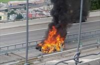 特斯拉在瑞士撞上隔离带翻车起火 驾驶员当场身亡