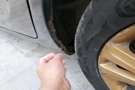 左右后轮,轮胎附近翼子板生锈,锈穿
