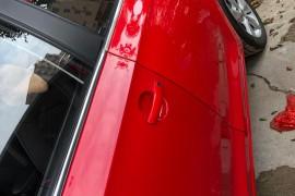主驾驶车门与其它车身的颜色有差异
