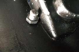 变速箱漏油;拔叉杆螺丝断,打穿变速箱前壳造成漏油