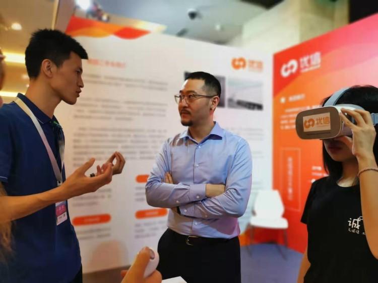 """中国二手车大会举办 贵阳人""""尝鲜儿""""VR全景看车"""