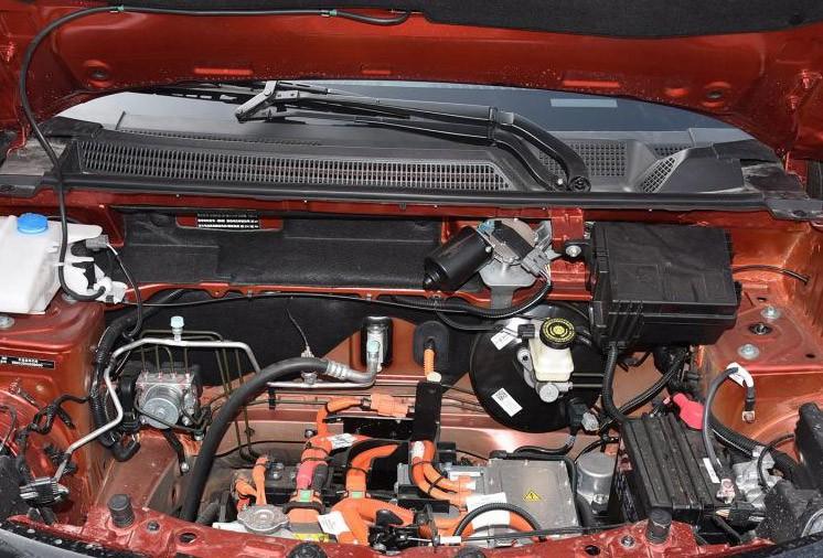 风光E1配备了倒车影像、后电动车窗、LED日间行车灯、胎压监测、后雨刮等越级配置