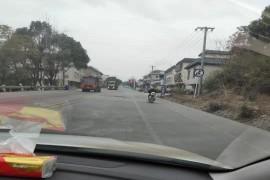 长安逸动行驶在水泥路面上下颠簸严重