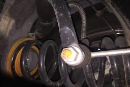 车辆底盘多处螺丝生锈,后门两侧螺丝修复过,痕迹很明显