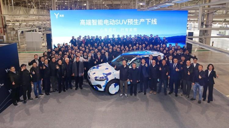 岚图汽车中大型高端智能电动SUV预生产下线