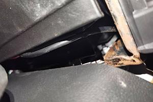 发动机变速箱渗油中控两侧骨架生锈