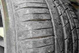 4个轮胎开裂