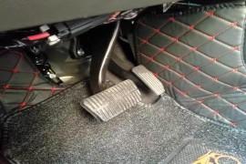 油门踏板右边热乎乎的,怎么开车吗?