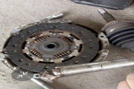 2015款赛欧3手动挡离合器拨叉轴断裂螺杆断裂。