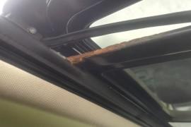 天窗锈蚀严重,车顶蓬漏水严重。