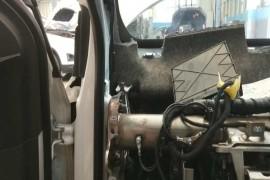 线束入口处密封老化脱胶导致雨水进入车内