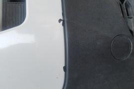 前脸多处自动落漆。后边两车门玻璃关门时玻璃异响严重