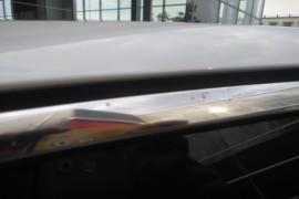 车门玻璃四周亮条锈迹斑斑