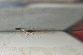 车后备箱盖大面积生锈掉漆