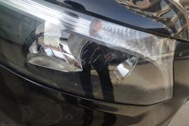 车辆左右大灯有不同程度开裂