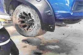车子在行车中突然方向盘没反应了,跑到沟里去了