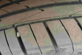 大众途昂四条轮胎都有裂纹!