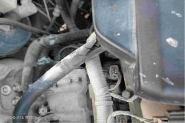 汽车发动机舱异响,汽车保养时配件损坏。