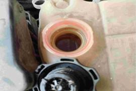 防冻液里渗入很多机油,气门室盖渗油非常严重。