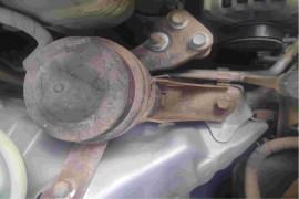 汽车车门锈穿,车身右后轮眉锈穿。发动机舱附件生锈