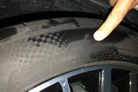轮胎侧面有沙眼,漏气严重;