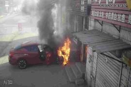 正常停放,无故自燃,车头焚毁