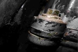 发动机气门室盖漏油,换了四次仍然漏油。