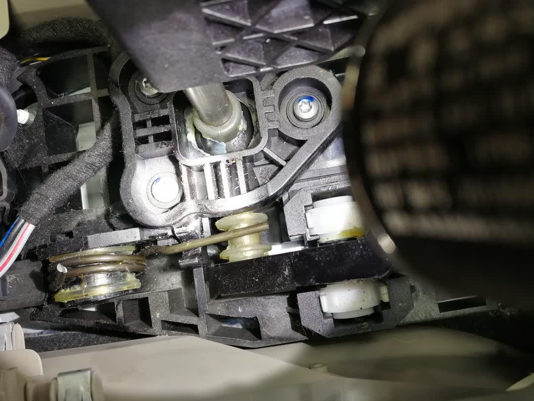 2013款福特嘉年华三箱车档杆底座回位弹簧断