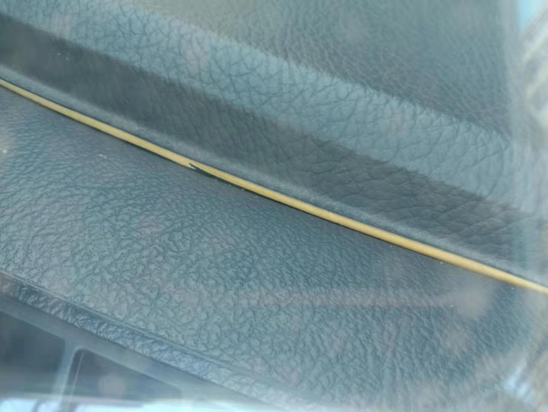 中控台开裂翘起,车内顶部帆布脱落