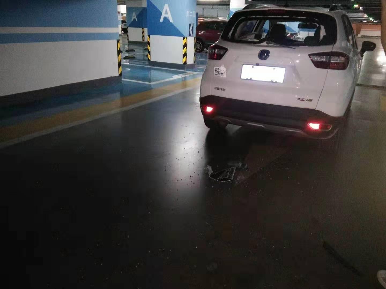 汽车在地下车地车场行驶过程中,后挡风玻璃自动爆裂脱落。