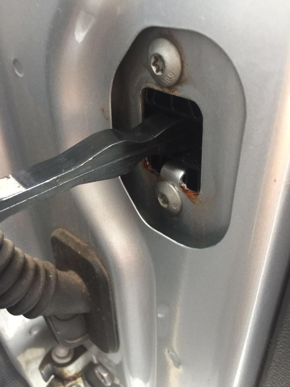 整车两侧后门安装限位器的钣金生锈