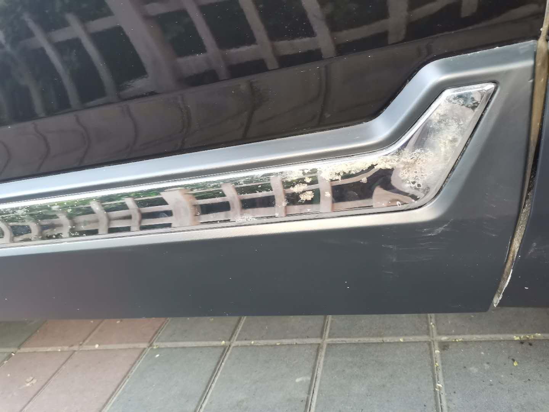 车前机盖漆面爆皮,门下边金属条掉色