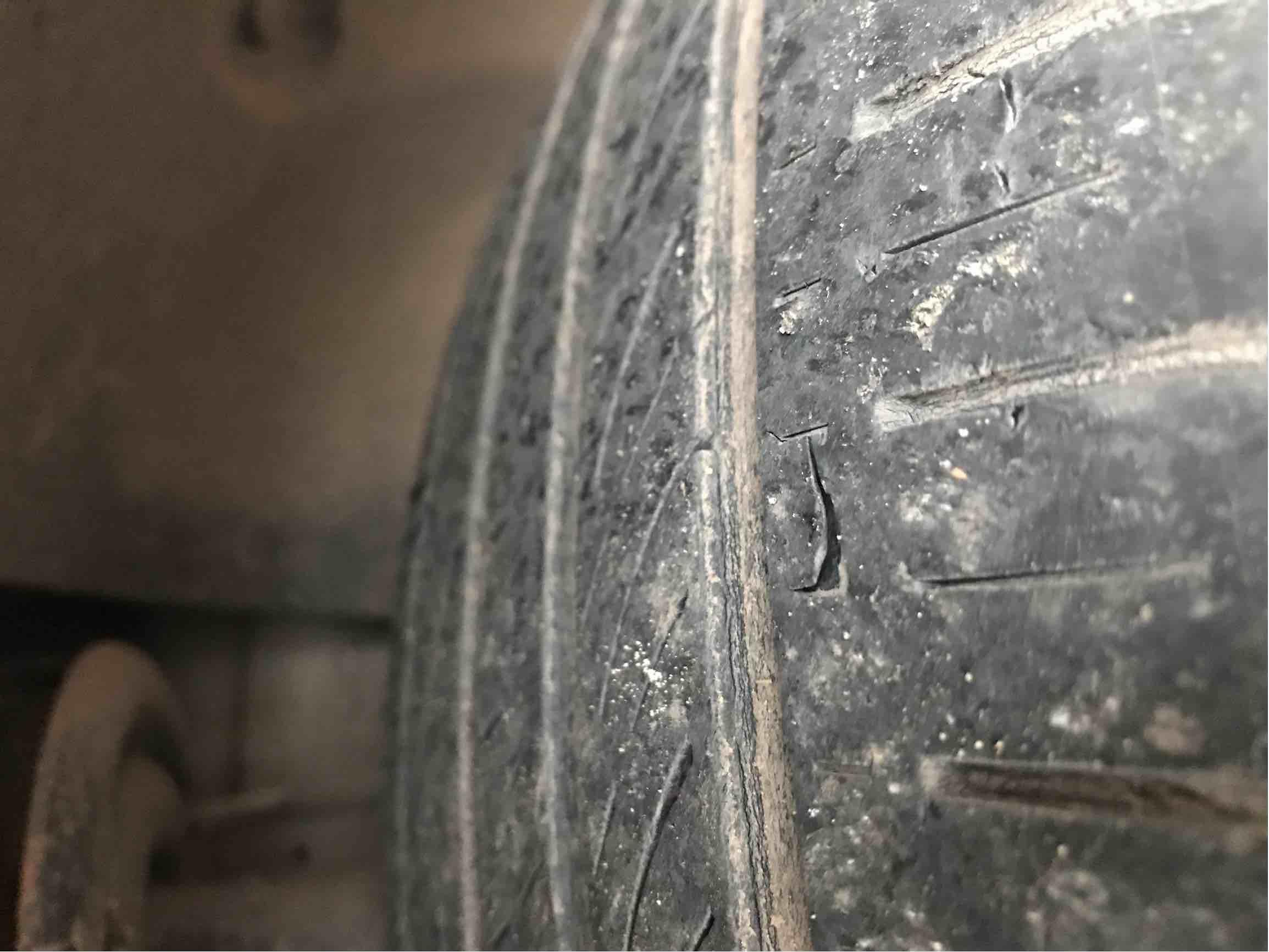 轮胎起皮开裂、更换新胎