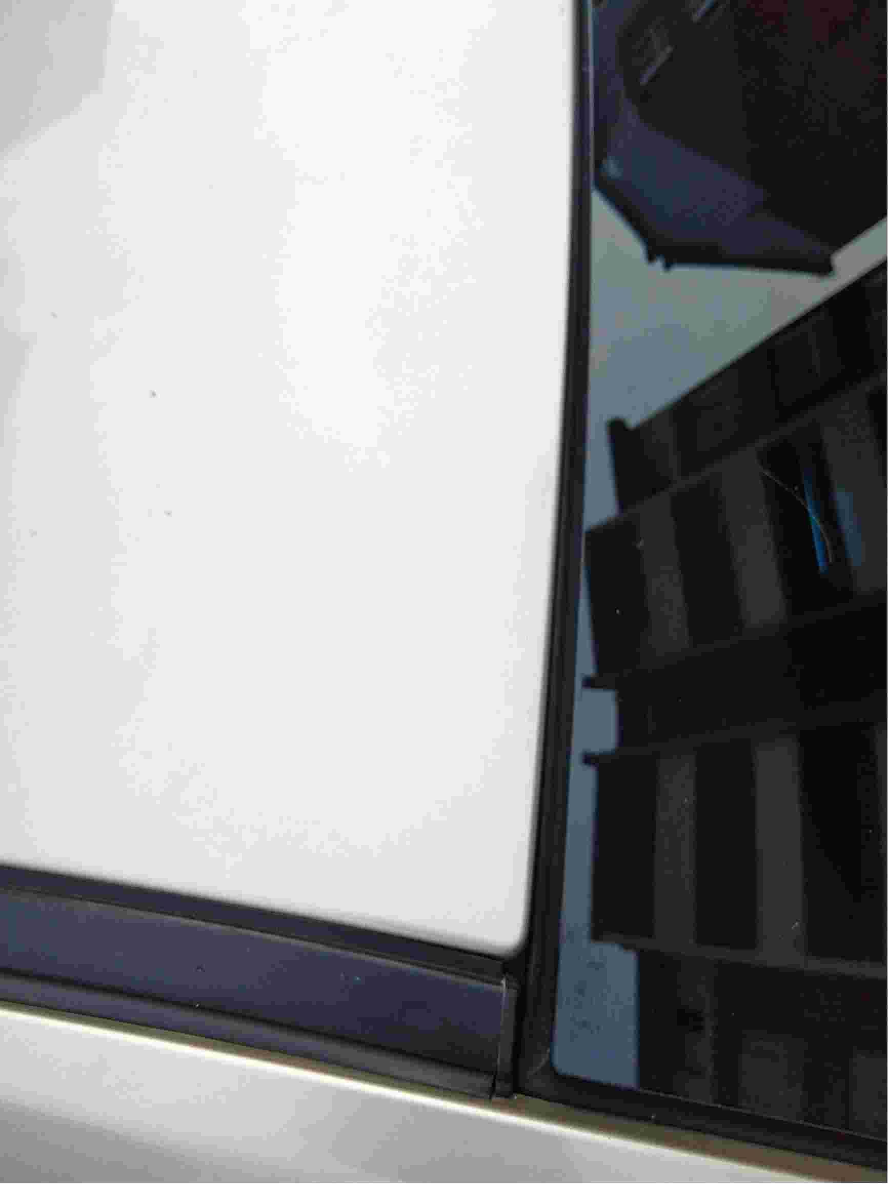 跟换前档玻璃后,左右缝隙不均匀,有异响