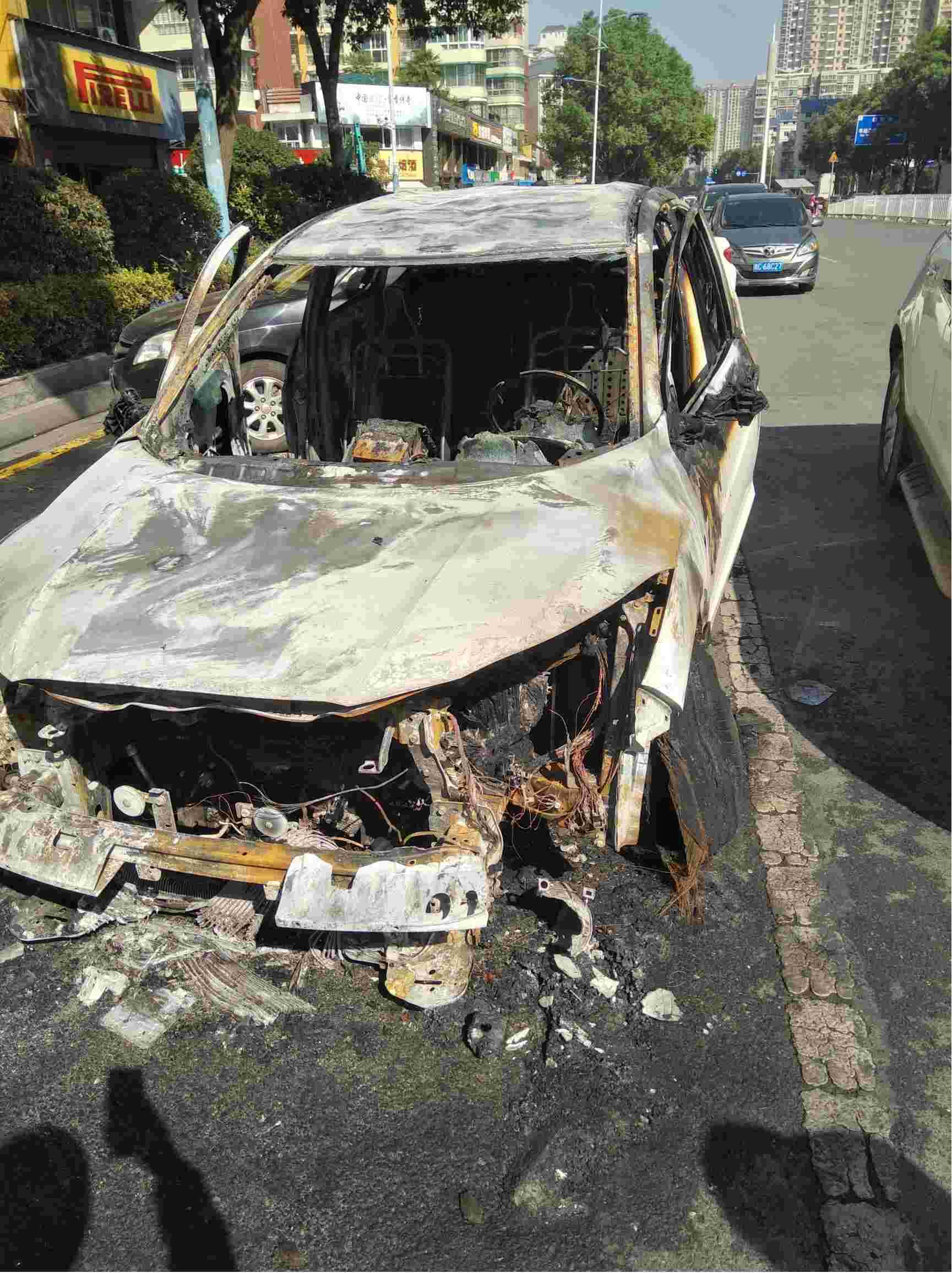 由于车的质量问题自燃,厂家及4S店应负全责。