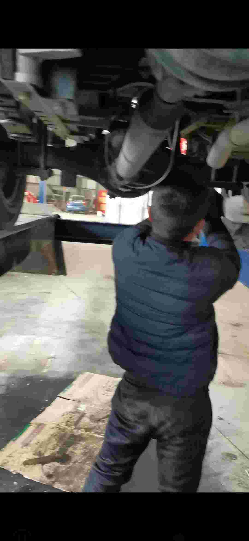 服务站检测出厂车架变形  发动机有渗油 后桥漏油