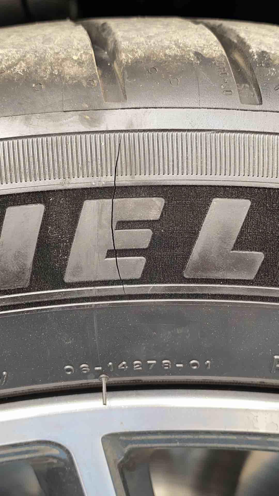 刚提了一个月不到的新车,轮胎开裂