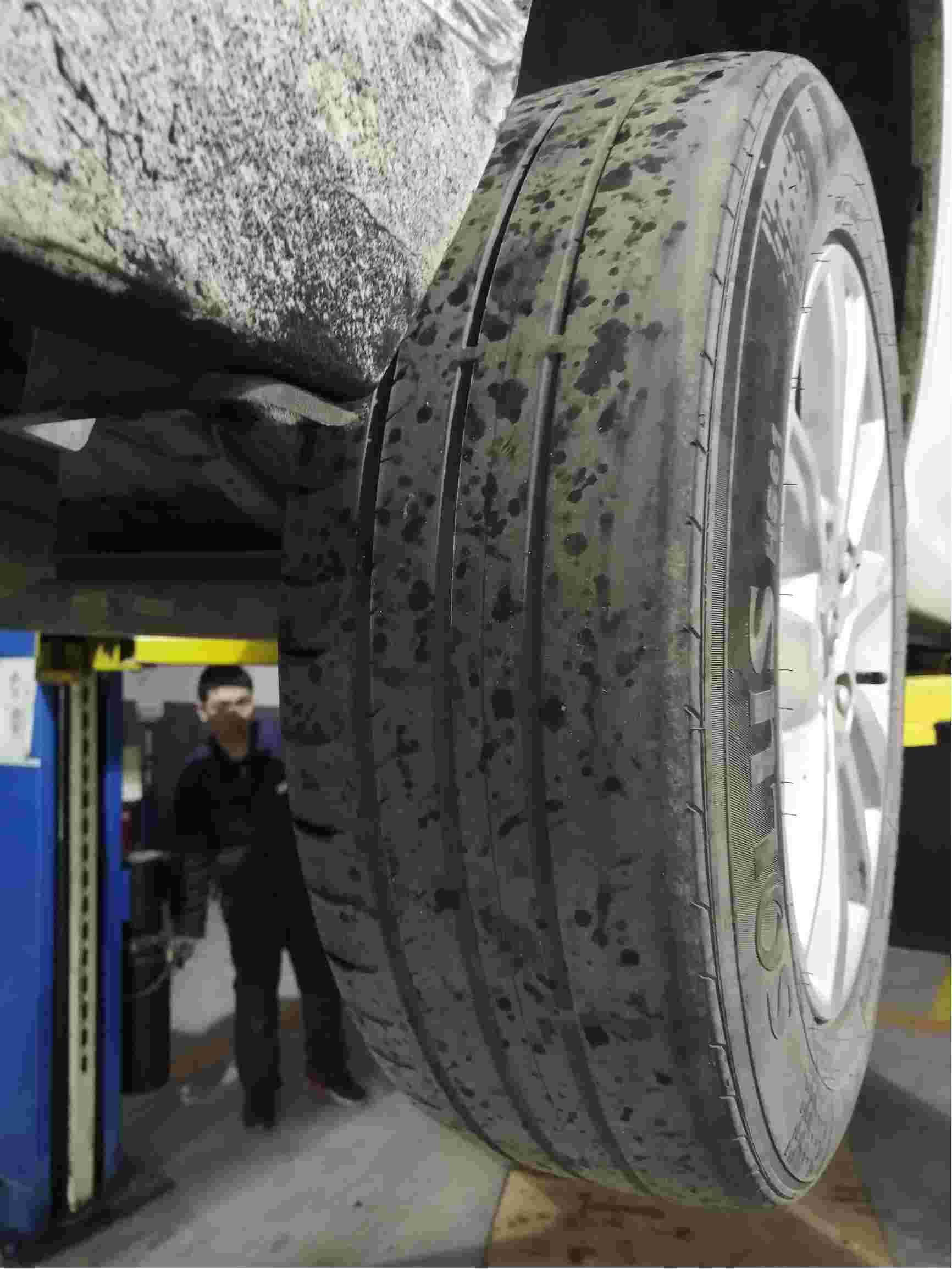 两后轮胎纹路磨平。两次出现挂档无反应,