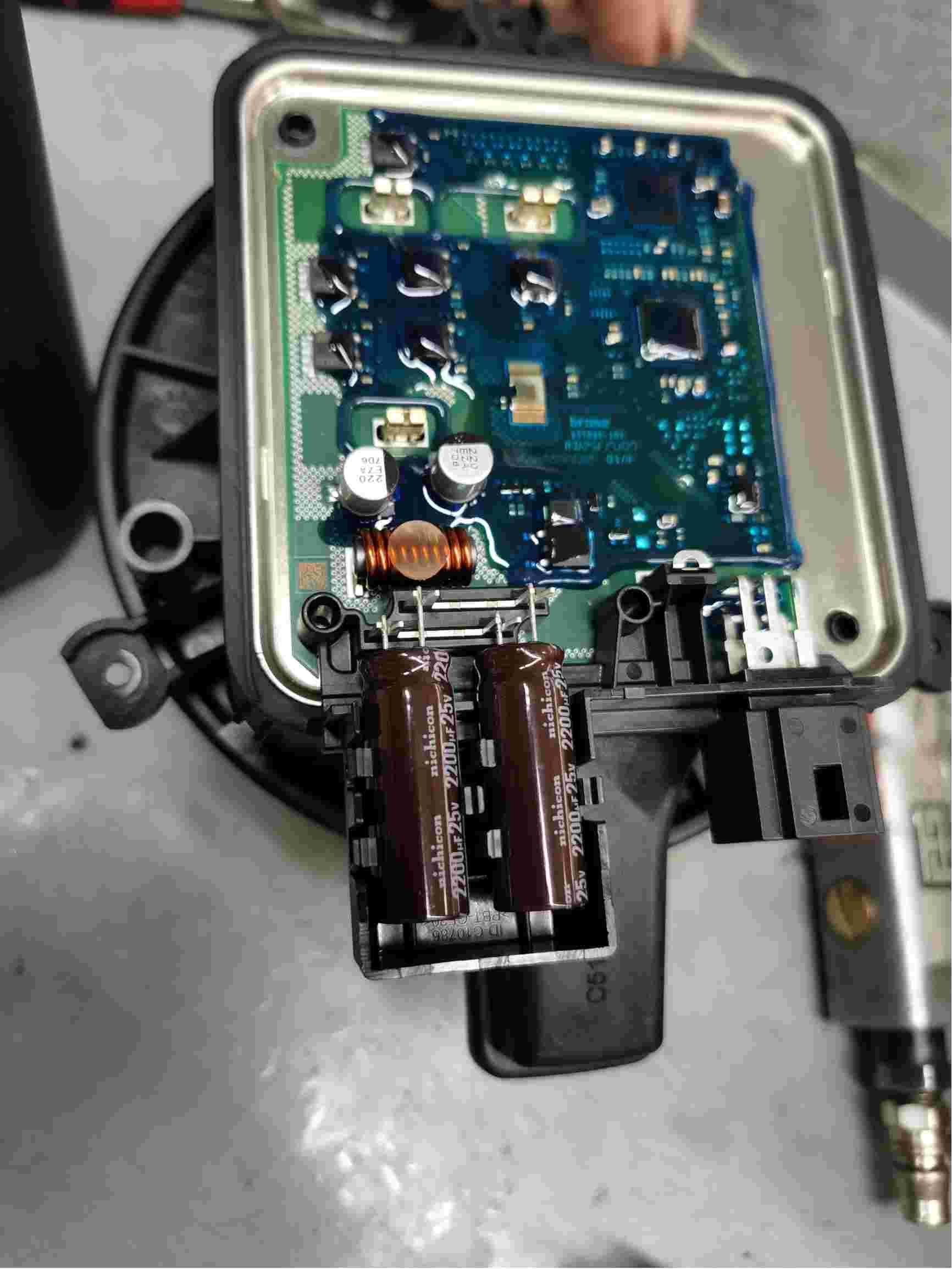 奥迪Q7使用不合格配件导致车内异味严重