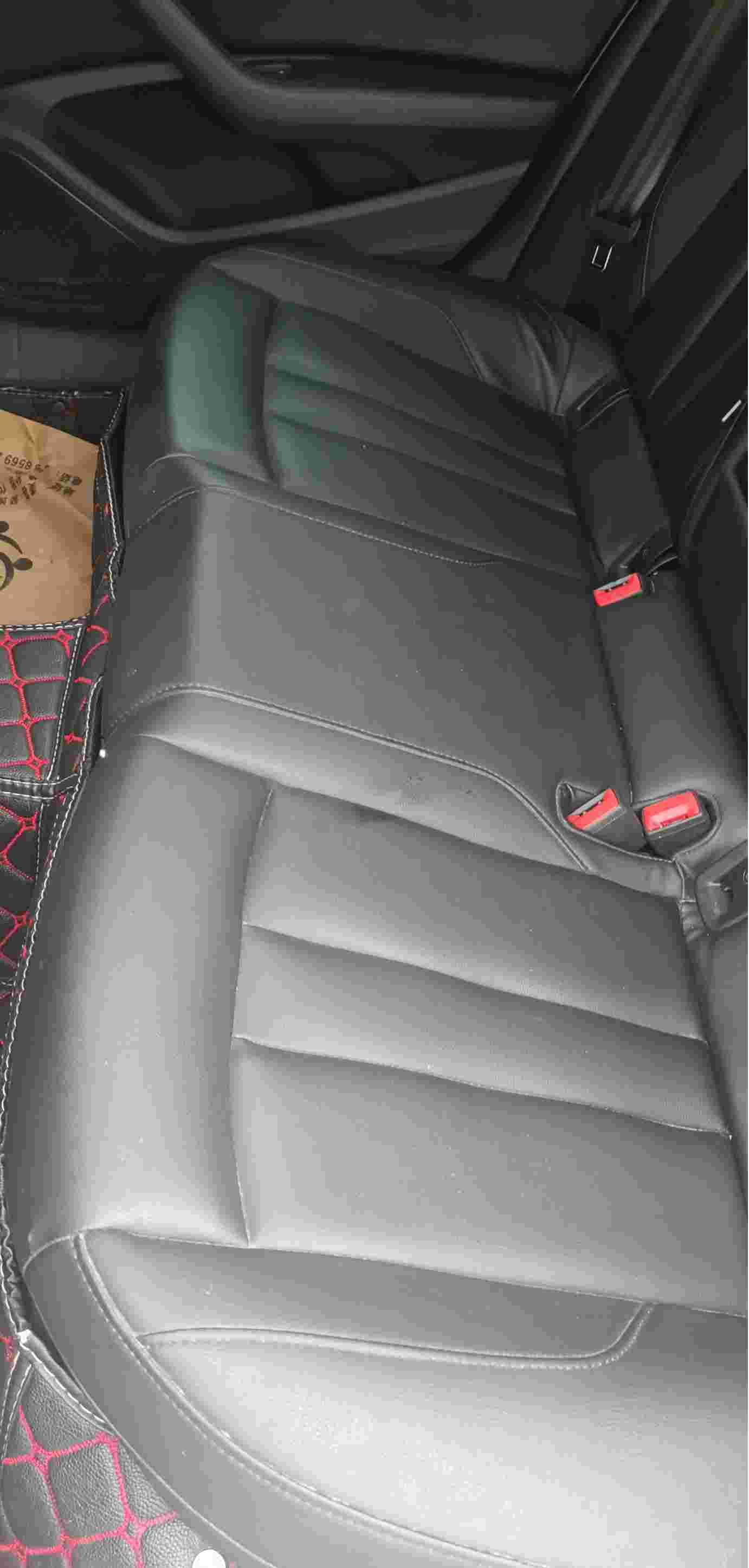 后排座椅铁丝刺穿座椅,有安全隐患。