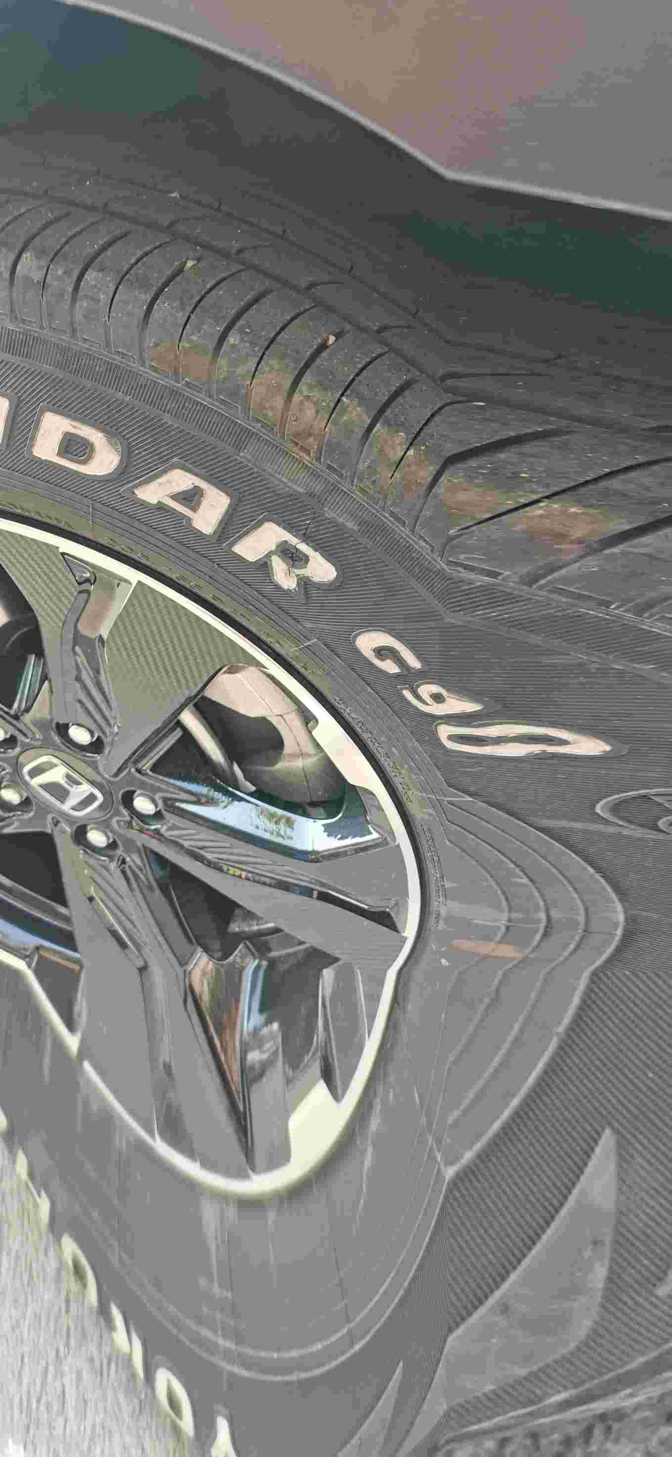 汽车轮胎右前轮非正常磨损的情况下出现大裂纹