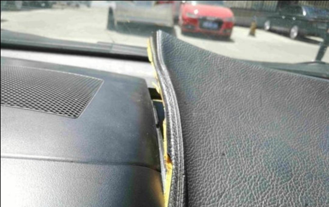 中控台气囊盖板开胶严重。