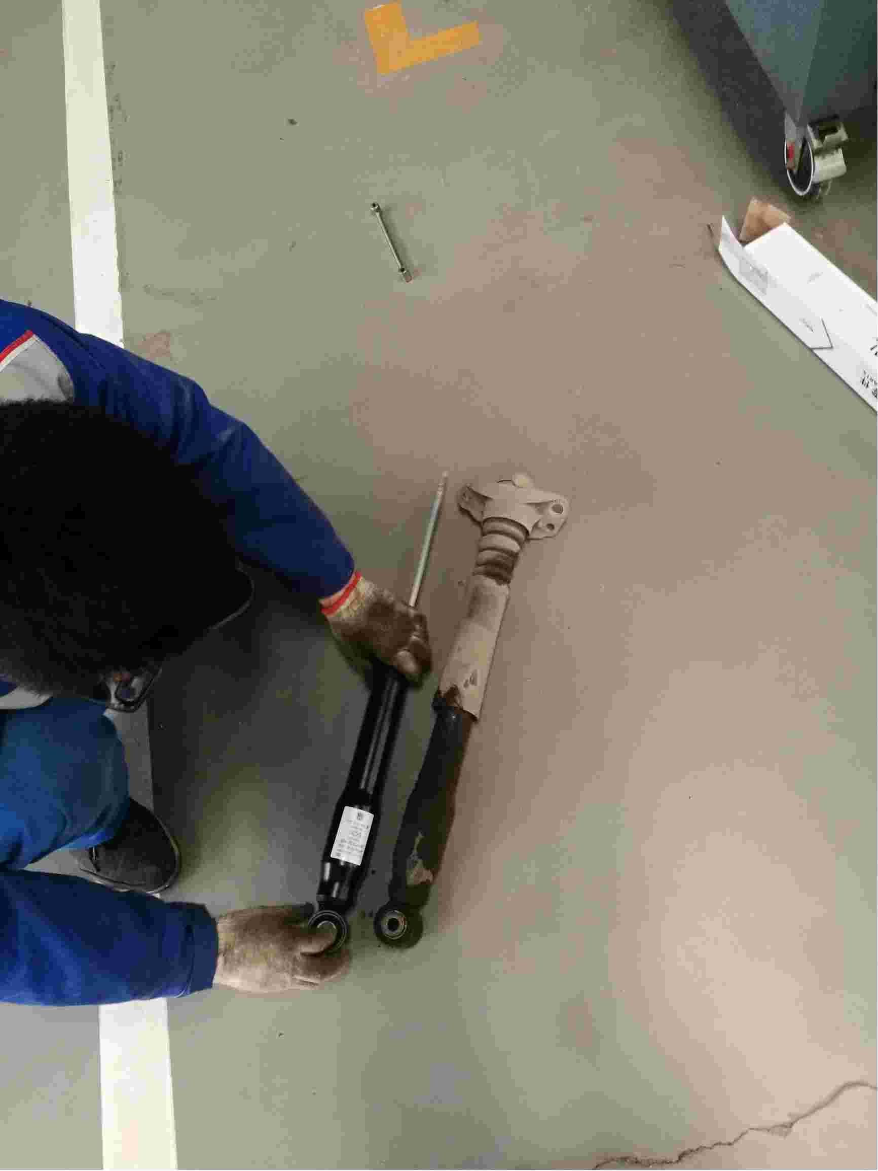 大众4s店更换的后轮减震器漏油,要求更换。