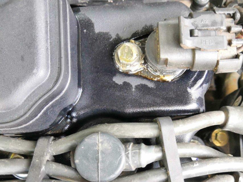 逸动车发动机密封圈移位,缸体有沙眼,漏油