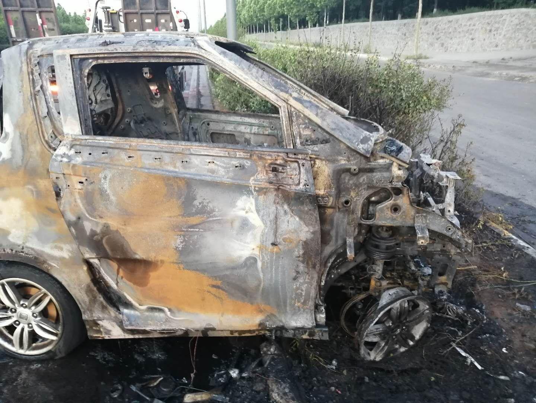 电路突然短路冒烟,导致车辆燃烧
