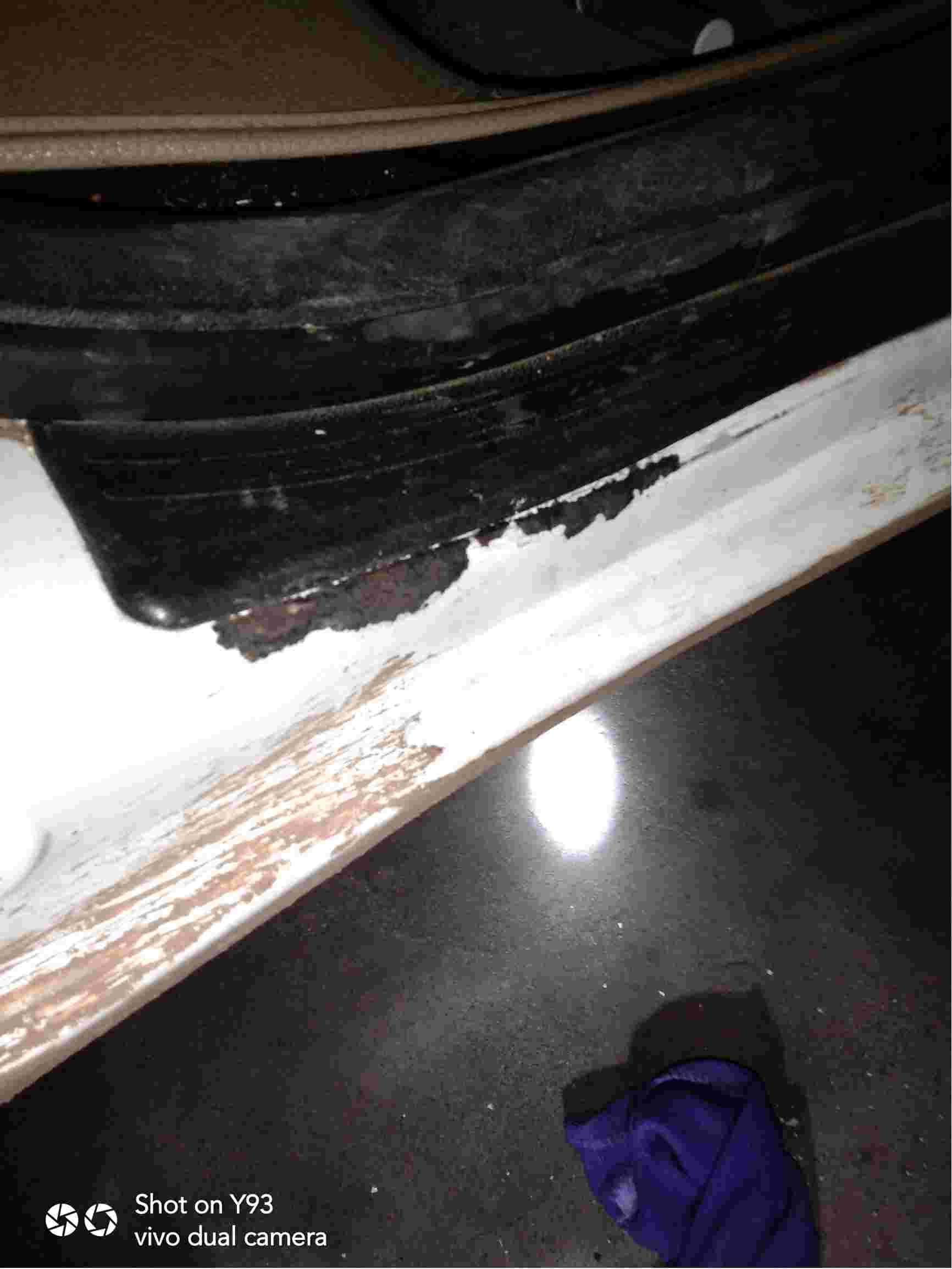 后车门门槛处生锈掉漆